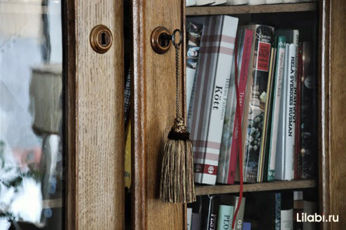Интерьер дома в стиле прованс.  Пастельные тона, изящный старинный комод...
