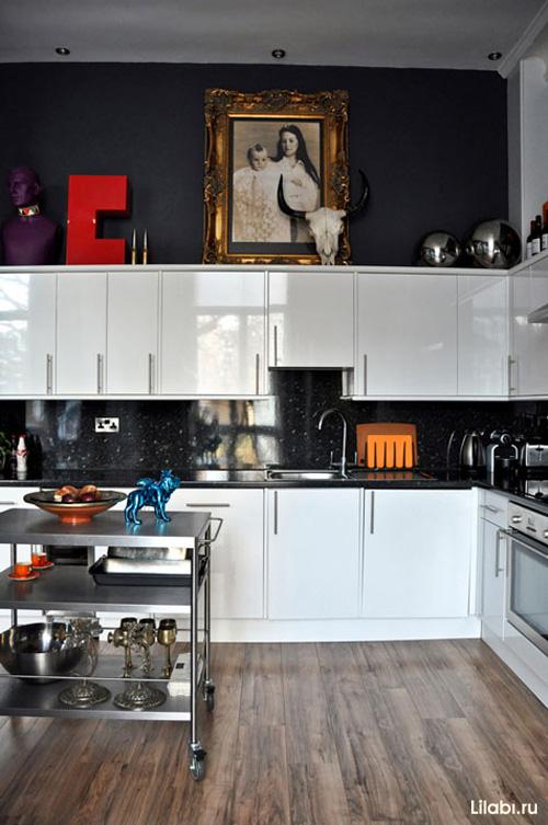 Интерьер черной кухни с белыми фасадами
