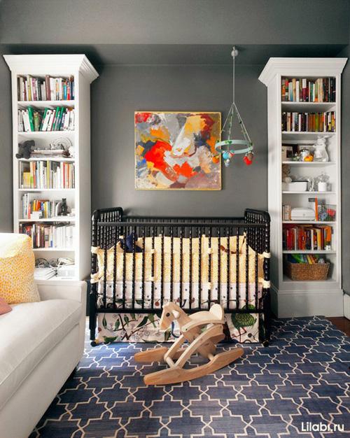 Дизайн детской комнаты для мальчика. Кроватка и полки