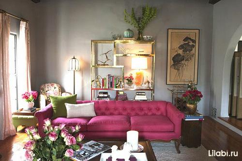 Дизайн интерьера гостиной с серыми стенами и розовым диваном