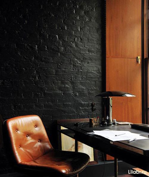 Кирпичная черная стена в интерьере