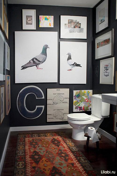 Черный цвет и картины в интерьере ванной комнаты и туалета