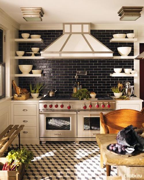 Черный цвет фартука и стены в интерьере кухни