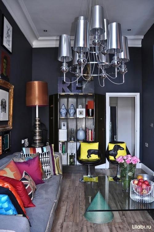 Черный цвет и обои в интерьере гостиной