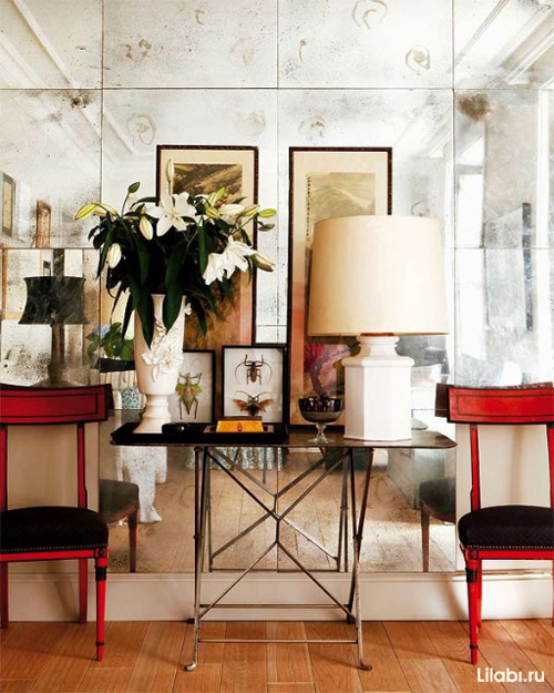 Зеркальная стена в интерьере гостиной