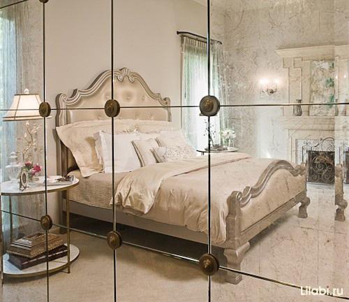 Зеркальная стена в спальне