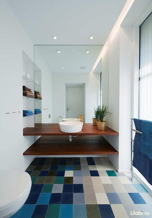 Зеркальная стена в интерьере ванной фото