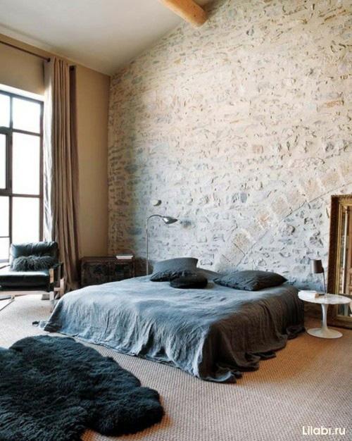 Кирпичная стена в интерьере спальни фото