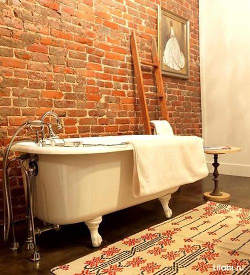 Кирпичная стена в интерьере ванной комнаты