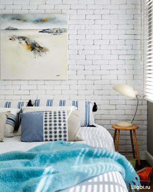 Крашеная кирпичная стена в интерьере