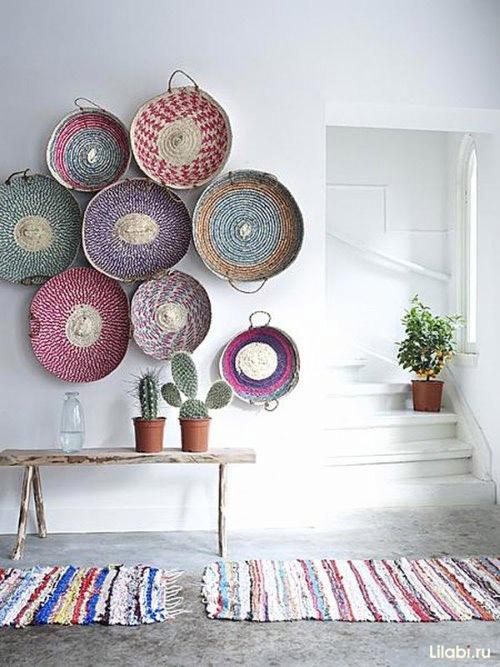 Украшение стен плетеными корзинками