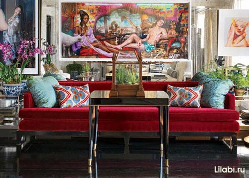 Красный и бордовый диван в интерьере