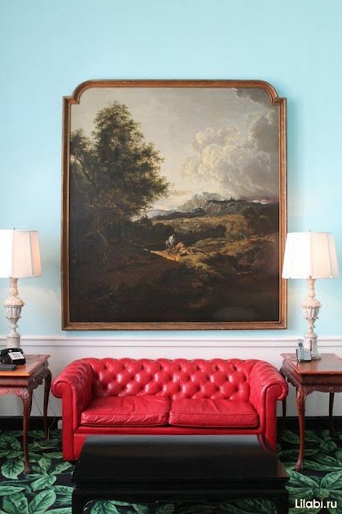 Красный кожаный диван в интерьере