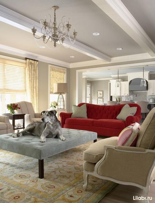 Красный вельветовый диван в интерьере