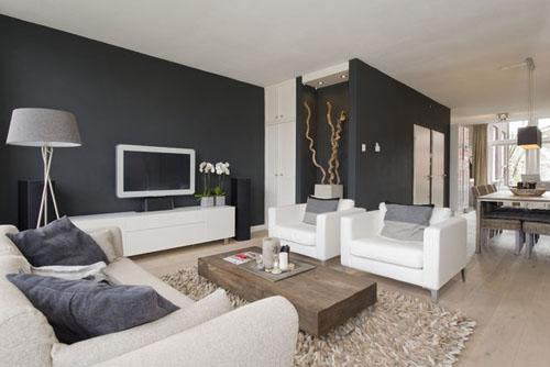 Woonkamer Witte Muren: Moderne woonkamer en keuken strak uitgevoerd ...